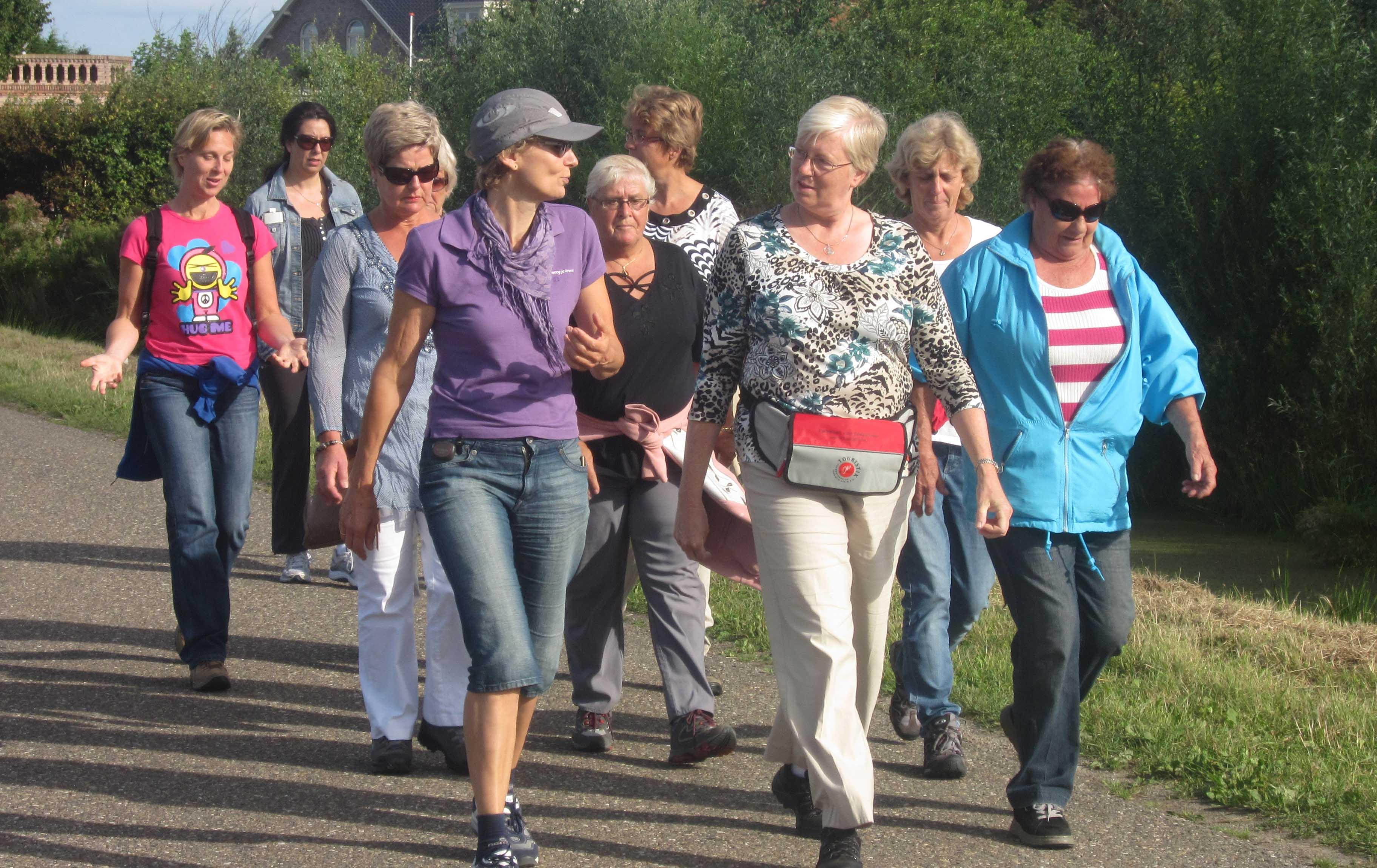 Gewichtsconsulent Leiden Marjoleine Klapwijk wandelt met haar clienten